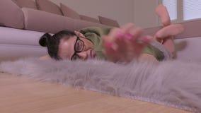 Femme détendant sur la couverture grise de faux de fourrure clips vidéos