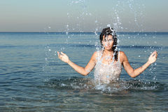 Femme détendant sur la plage image stock