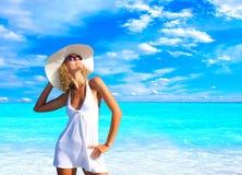 Femme détendant sur la plage photos stock