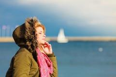 Femme détendant sur la plage, jour froid Photo libre de droits