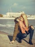 Femme détendant sur la plage, jour froid Image libre de droits