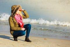 Femme détendant sur la plage, jour froid Photo stock