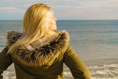 Femme détendant sur la plage, jour froid photos libres de droits