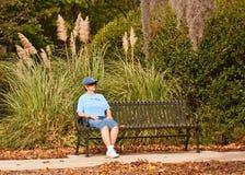 Femme détendant SUR le banc Image stock
