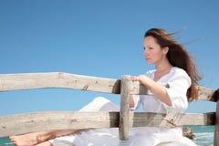 Femme détendant sur le banc Photographie stock