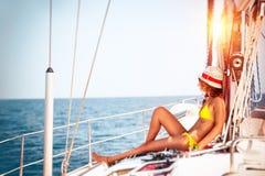 Femme détendant sur le bateau à voiles Photo libre de droits