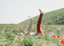 Femme détendant sur le gisement de fleur Photographie stock