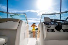 Femme détendant sur le yacht Image libre de droits