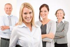 Femme d'équipe d'affaires jeune avec les collègues mûrs Photo libre de droits