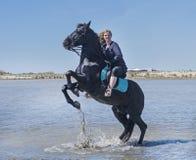 Femme d'équitation sur la plage Photos libres de droits
