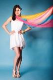 Femme d'été avec le châle coloré sur le bleu Photo stock