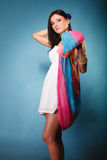Femme d'été avec le châle coloré sur le bleu image libre de droits