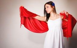 Femme d'été dans la robe blanche avec le châle rouge Mode Photo libre de droits