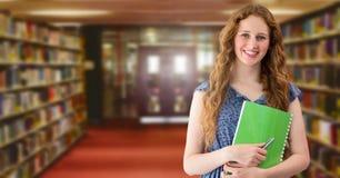 Femme d'étudiant dans la bibliothèque d'éducation image stock