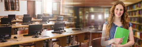 Femme d'étudiant dans la bibliothèque d'éducation avec la transition d'enquête sur ordinateur photographie stock