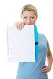 Femme d'étudiant retenant le copybook blanc photographie stock