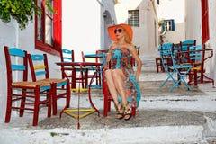 Femme d'Î¥oung chez Chora en île d'Amorgos, Grèce photo libre de droits