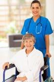 Femme d'aîné d'infirmière Image libre de droits