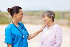 Femme d'aîné d'infirmière Images libres de droits