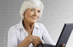 femme d'aîné d'ordinateur portatif Photo stock