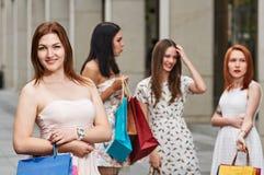 Femme d'achats avec des amis dans la ville Photos libres de droits