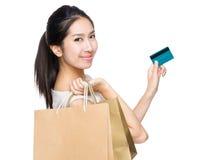 Femme d'achats avec le sac de papier et la carte de crédit Photos stock