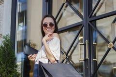 Femme d'achats dans la ville Images stock