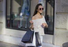 Femme d'achats dans la ville Photos stock