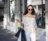 Femme d'achats dans la ville Photo libre de droits
