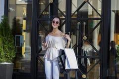Femme d'achats dans la ville Photos libres de droits