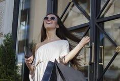 Femme d'achats dans la ville Photographie stock