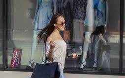 Femme d'achats dans la ville Image libre de droits