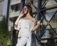 Femme d'achats parlant du téléphone Photographie stock libre de droits