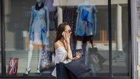 Femme d'achats parlant du téléphone Image libre de droits