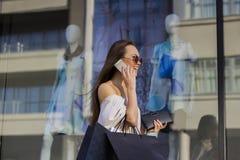 Femme d'achats parlant du téléphone Photo libre de droits