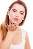 Femme d'adolescent envoyant des baisers d'air, geste d'amour Photographie stock libre de droits