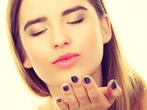 Femme d'adolescent envoyant des baisers d'air, geste d'amour Images stock
