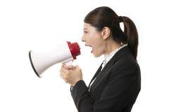 Femme d'affaires à l'aide d'un mégaphone Photographie stock libre de droits
