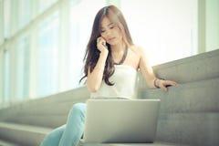 Femme d'affaires à l'aide d'un ordinateur portable Photographie stock libre de droits