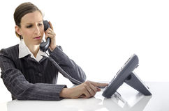 Femme d'affaires à l'aide d'un téléphone photos libres de droits