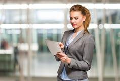 Femme d'affaires à l'aide d'une tablette photos stock