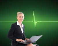 Femme d'affaires à l'aide de l'ordinateur portable Images stock