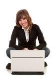 Femme d'affaires à l'aide de l'ordinateur portatif Photographie stock libre de droits
