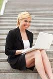 Femme d'affaires à l'aide de l'ordinateur portatif d'ordinateur images stock