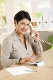 Femme d'affaires à l'aide de la calculatrice Photo stock