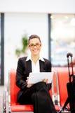 Femme d'affaires à l'aide de la tablette à l'aéroport Image stock