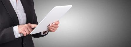 Femme d'affaires à l'aide de la tablette digitale photographie stock libre de droits