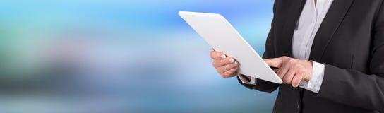 Femme d'affaires à l'aide de la tablette digitale images stock