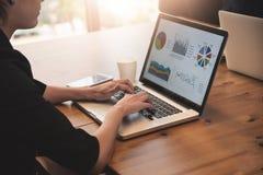 Femme d'affaires à l'aide de l'ordinateur portable pour son travail Photos libres de droits