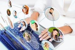 Femme d'affaires à l'aide de son ordinateur portable Images libres de droits